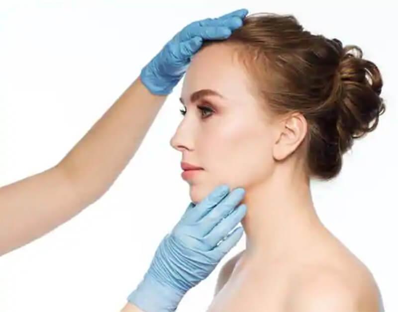 Các chuyên gia sẽ kiểm tra và phác thảo dáng mũi cho phù hợp với khuôn mặt