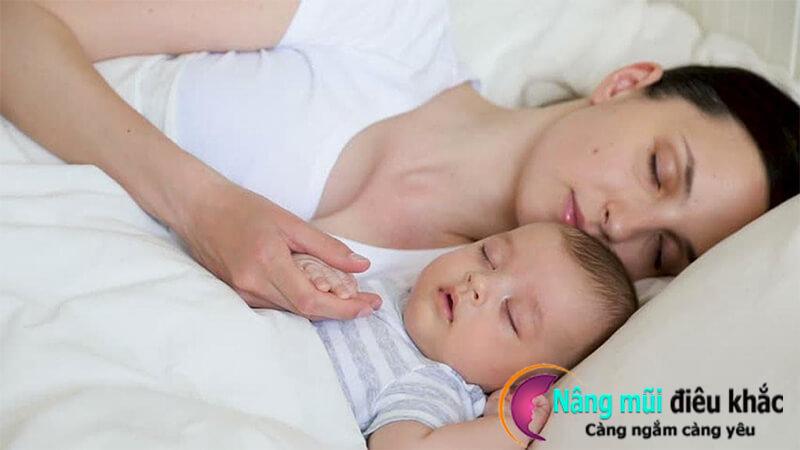 Tránh những va chạm không đáng có khi ngủ chung với trẻ nhỏ