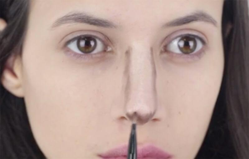 Đánh shadow ở dưới chóp mũi để giúp mũi trông ngắn hơn